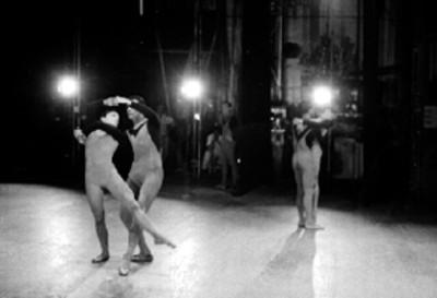 Pareja de bailarines de ballet presentan espectáculo
