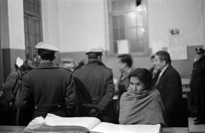 Mujer con rebozo en una delegación del Ministerio Público