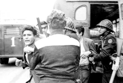 Granaderos deteniendo a un maestro