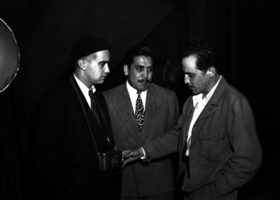 Gabriel Figueroa conversando con fotógrafo y director de cine en un estudio cinematográfico