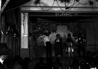 Ernesto Finance con actores, representa obra de variedades en una carpa