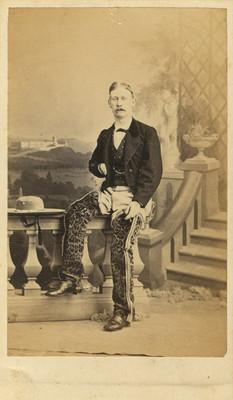 Hombre con accesorios de charrería personaje no identificado, retrato de estudio