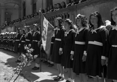 Niñas con bandera durante ceremonia cívica