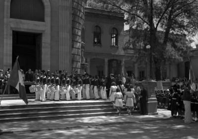 Banda de guerra y escolta escolar en una ceremonia