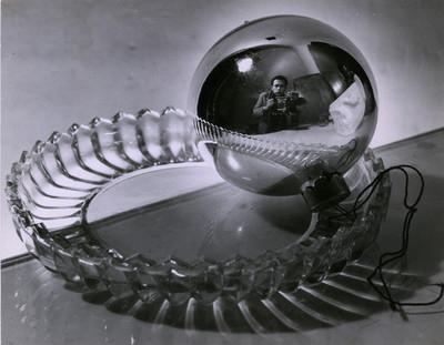 Nacho López reflejado en una esfera al tomar fotografía