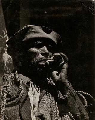 Cargador fuma cigarrillo, retrato