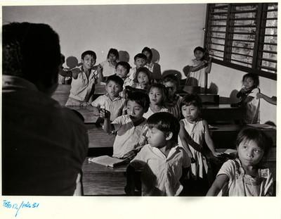 Niños mayas toman instrucción en un salón de clases