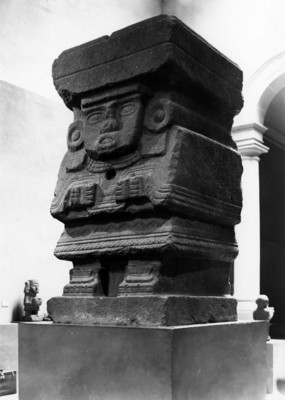 Vista de la escultura de Chalchiuhtlicue