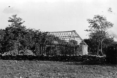 Vista de una cabaña en la zona arqueológica de Edzná