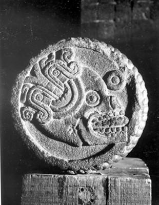 Extremo del atado de años mexica con relieve de cráneo