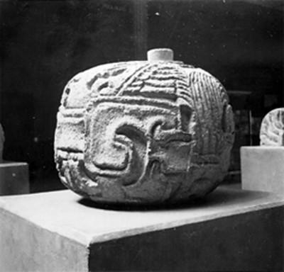 Vista parcial de piedra con relieves