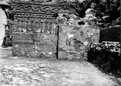 Niños observan la ornamentación de las jambas de la puerta y de la banqueta del Templo del Tepozteco