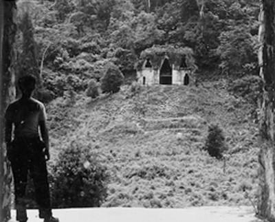 Hombre observa el Templo de la Cruz Foliada