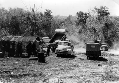 Trabajadores y camiones de cargo en el sitio arqueológico de Edzná