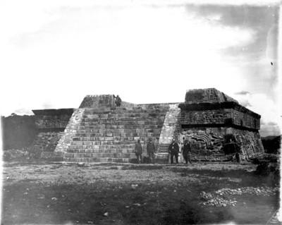Hombres al pie de la Pirámide de las serpientes emplumadas