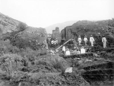 Hombres realizan trabajos de excavación a un costado de la Pirámide del Sol