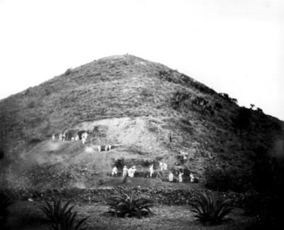 Hombres realizan trabajos de excavación en la Pirámide de la Luna