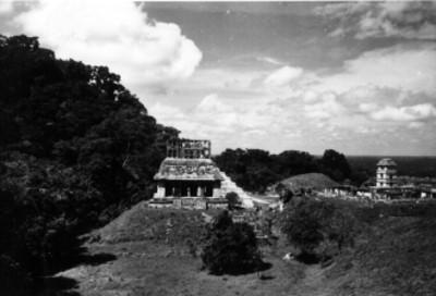 Persona a la entrada del Templo del Sol y vista de El Palacio