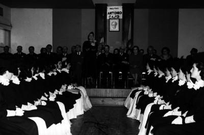 Adela Formoso de Obregón Santacilia pronunciando un discurso durante una graduación de alumnas de la Universidad Feminista