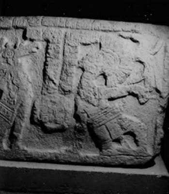 Relieve con dos jugadores de pelota y glifos mayas, detalle