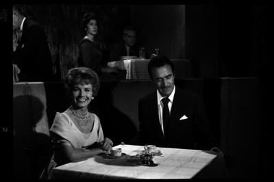 Pituka de Foronda en compañía de un hombre en un restaurante, retrato