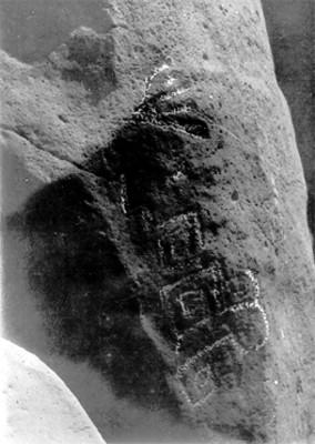 Petroglifo con glifos y volutas procedente de las Labradas