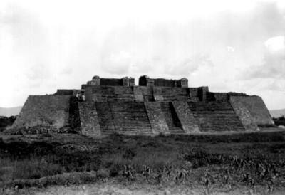 Personas en la parte intermedia de la pirámide de Teopanzolco