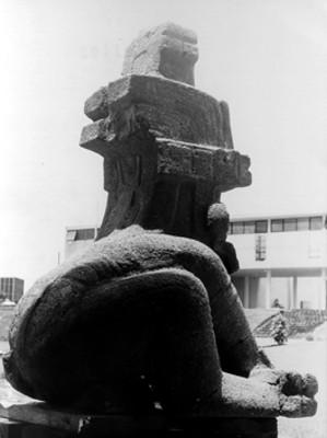 Escultura olmeca del dios Jaguar, vista posterior