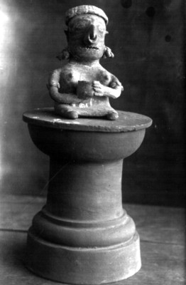 Figurilla femenina sedente sobre una base