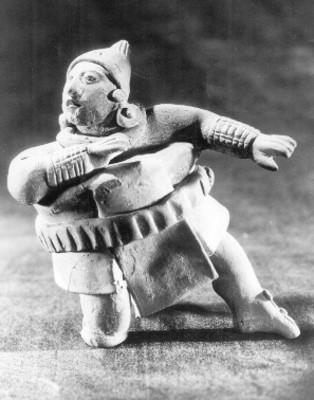 Jugador de pelota que se recarga sobre su rodilla, cerámica