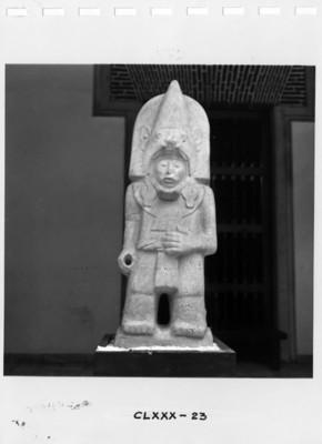 Figura masculina con tocado antropomorfo