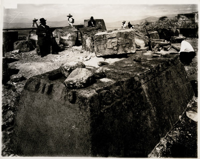 Leopoldo Batres supervisa trabajos de excavación en la pirámide de la Serpiente Emplumada