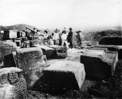 Leopoldo Batres acompañado de trabajadores durante la reconstrucción de la Pirámide de la Serpiente Emplumada