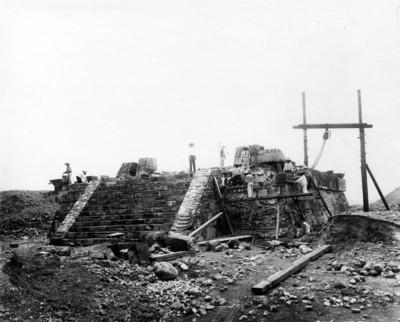 Grupo de hombres trabajan en la reconstrucción de la Pirámide de la Serpiente Emplumada