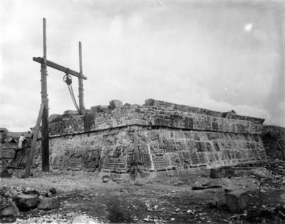 Hombres trabajan en un costado de la pirámide de la Serpiente Emplumada durante su reconstrucción