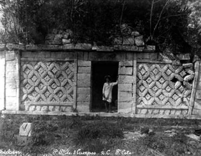 Hombre posa en el anexo de las Monjas en Chichén Itzá