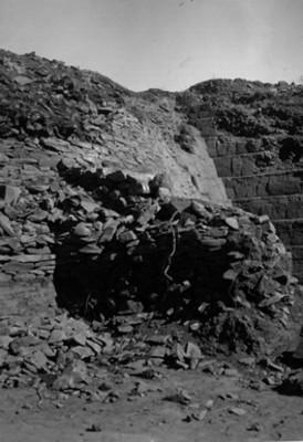 Estragos hechos por los buscadores de tesoros en la cara oriental de la yácata 5