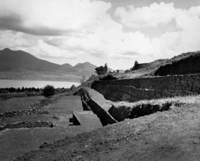 Vista parcial de basamento piramidal en Tzintzuntzan