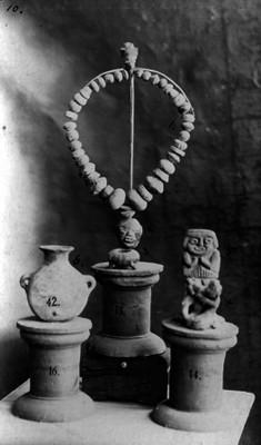 Collar, vasija y figuras antropomorfas prehispánicas, lote