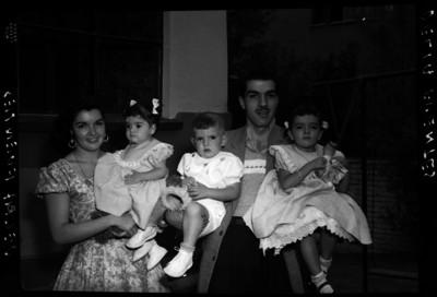 Alma Delia Fuentes con su esposo e hijos al parecer en el jardín de su casa, retrato de familia
