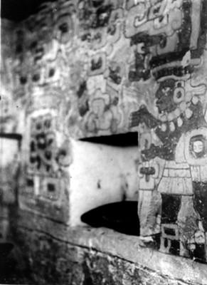Vista de pintura mural con sacerdote, interior de la tumba 104