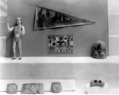 Banderín, piezas de cerámica, escultura y textil