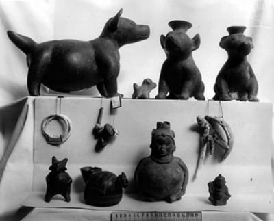 Vasijas en forma de perro y piezas cerámicas prehispánicas