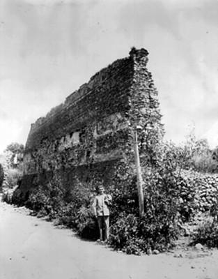 Arqueólogo frente a La Muralla, retrato