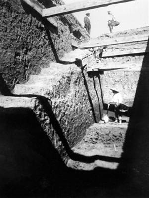 Hombres en proceso de exploración en una estructura arqueológica
