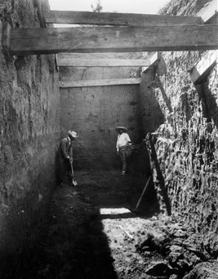 Hombres en excavación dentro de una estructura arqueológica