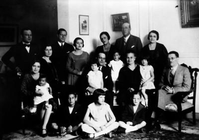 Lorenzo Fuentes en compañía de su familia en una sala, retrato de familia