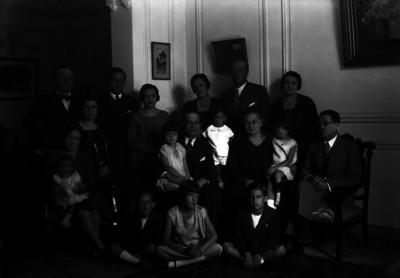 Lorenzo Fuentes con miembros de su familia en una sala, retrato de familia