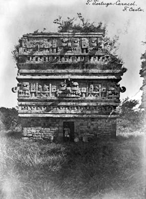 Hombre posa junto a la entrada de La Iglesia en Chichén Itzá