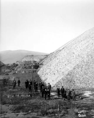 Grupo de hombres al pie de la Pirámide del Sol